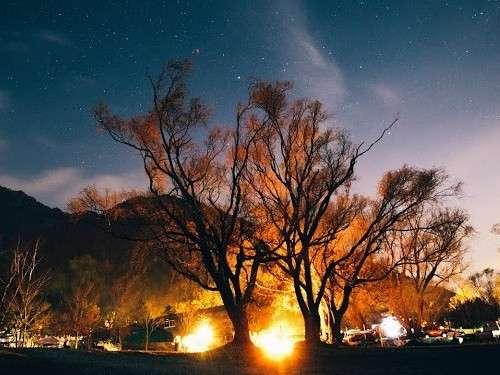 夜の焚き火 少し離れたところからの風景 見上げるときれいな星空が広がります