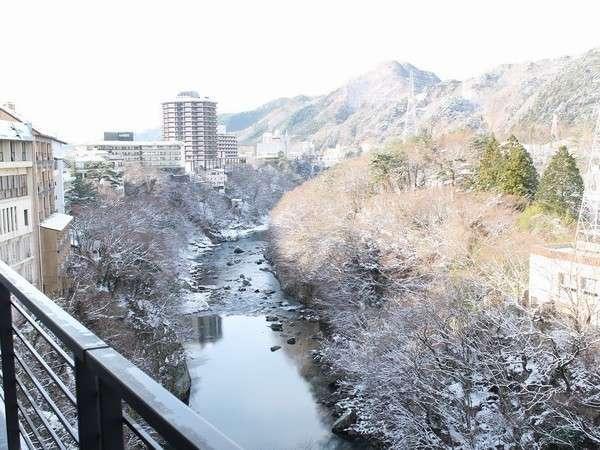[冬の鬼怒川/お部屋からの眺望]客室からは雪化粧に包まれた街並み。お車の際はチェーン等あると安心です
