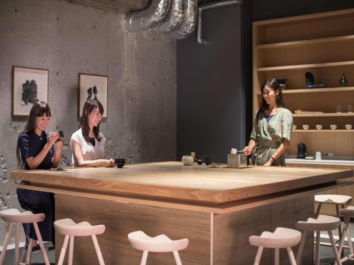 【TEA TABLE】3F・5Fには、宿泊者同士が交流していただける「TEA TABLE」をご用意しております。