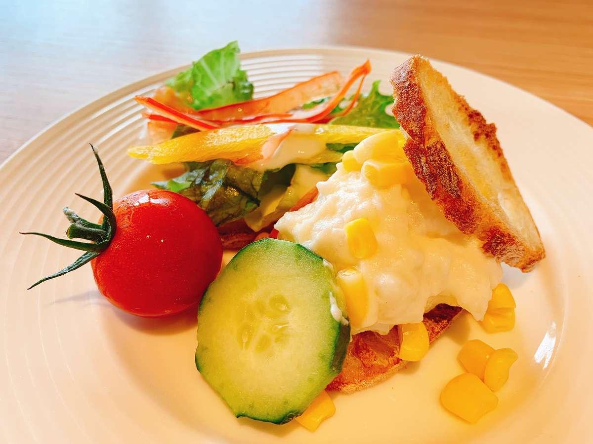 バケットとサラダでサンドウィッチ風に♪(朝食)※料理はイメージです。