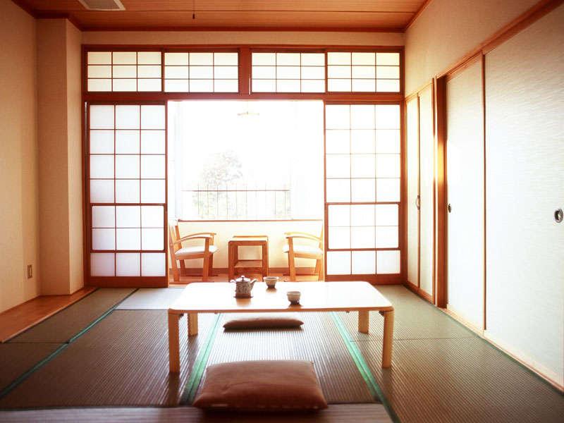 諏訪湖に面した和室8畳。ユニットバス(温泉ではありません)付。