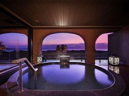 大浴場露天風呂「里の湯」の露天風呂からは夕日、大島などが望めます。