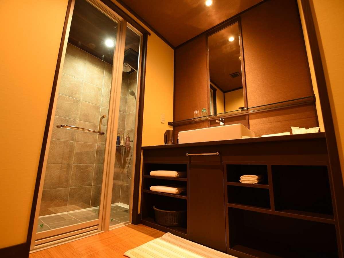淡海:秋雲:お市を除く全室にシャワールーム完備。タイル張りの高級感あふれるおしゃれなシャワールーム。