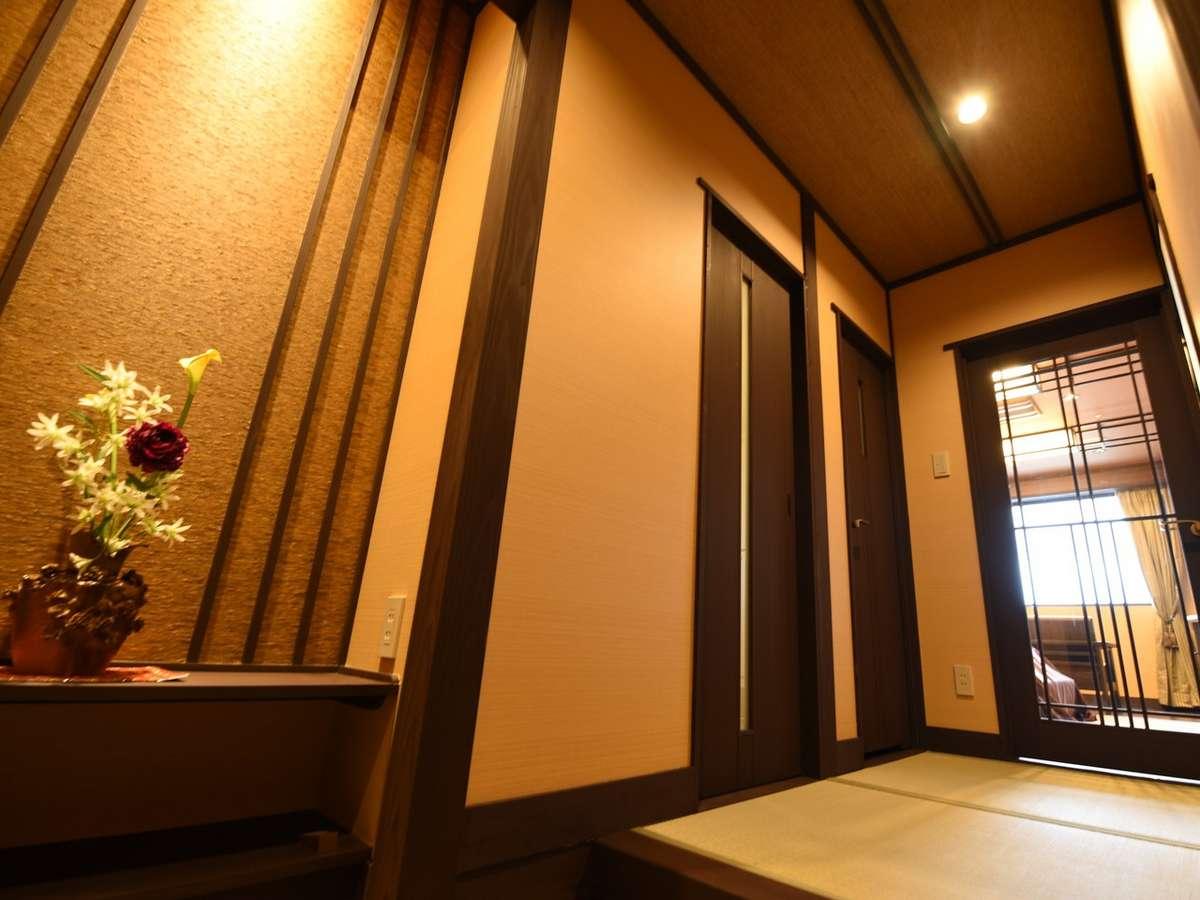 夕凪:各部屋、扉を開けると、ライトアップされた粋な生け花がお出迎え。モダンで上質な空間が広がります。