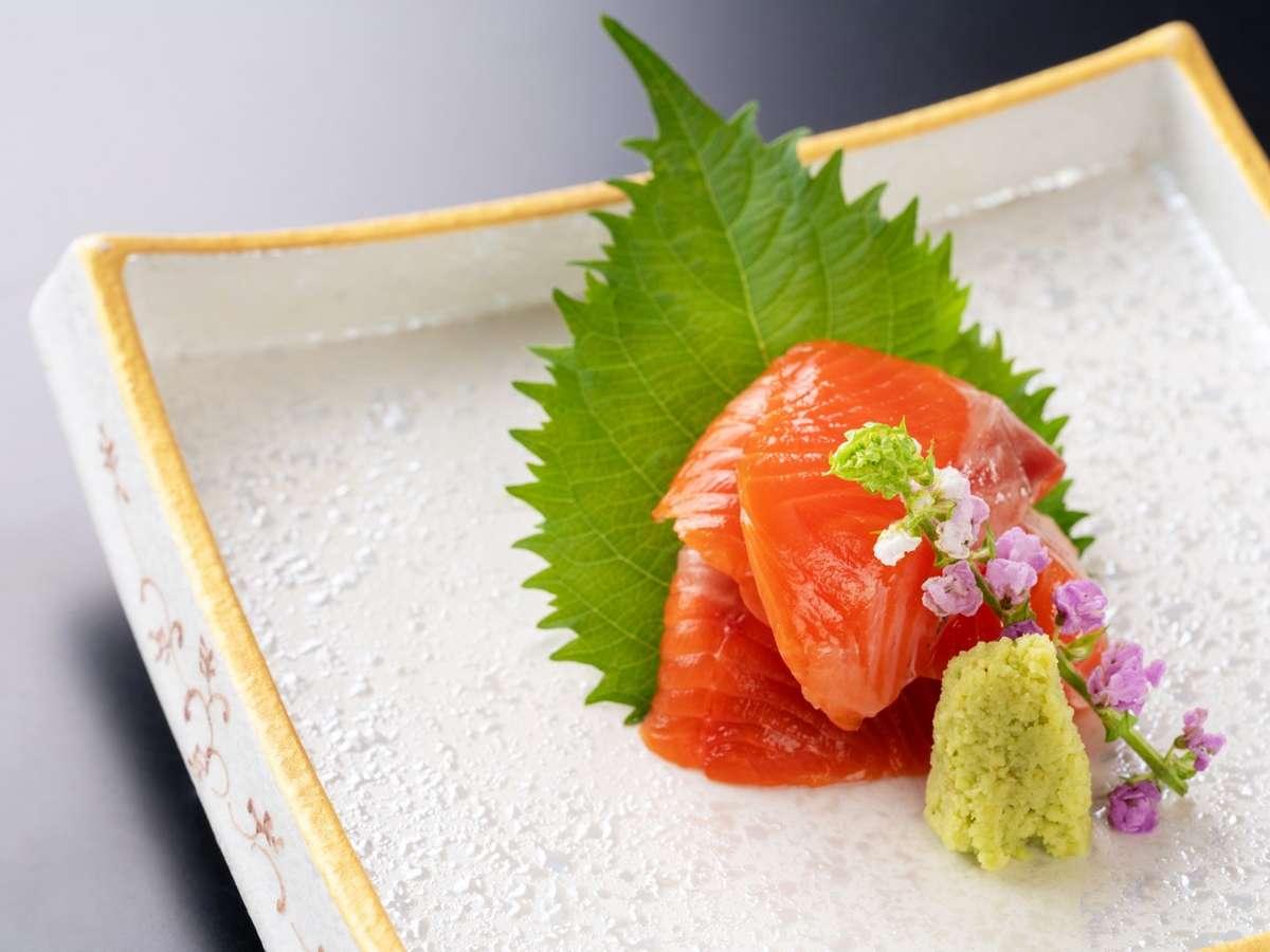 琵琶湖八珍の王様ともいわれるビワマス。脂がたっぷりのった天然物をお造りでお召し上がりください。