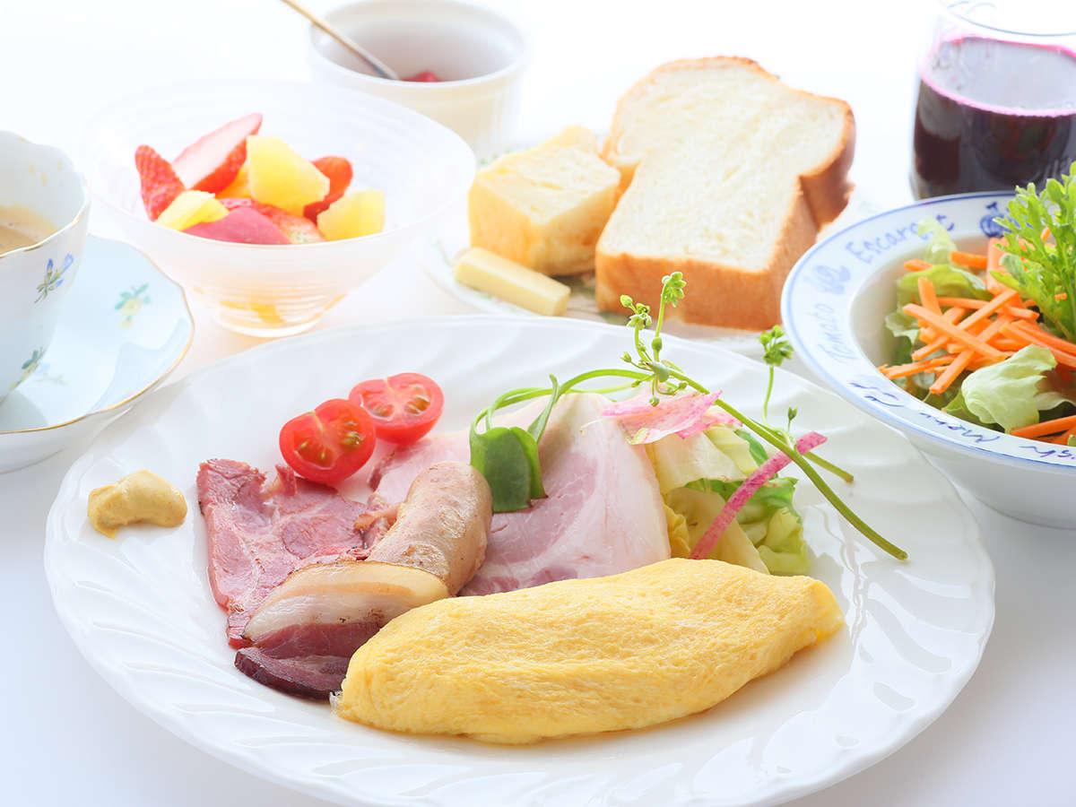 ・朝食には自家製ベーコンやハム、ジャムも♪