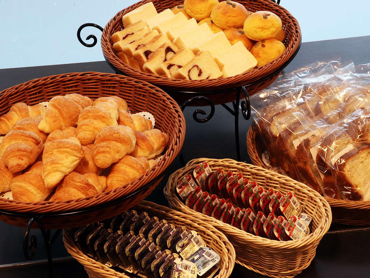 【軽朝食】パンにはお好みでジャムやマーガリンを。
