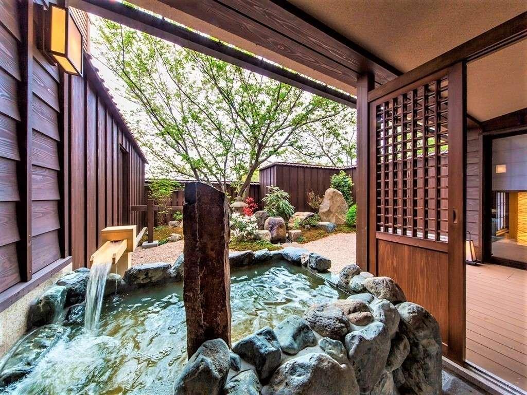 【客室】スイート客室は天然温泉露天風呂付き。春には桜が咲き、花見風呂にも。