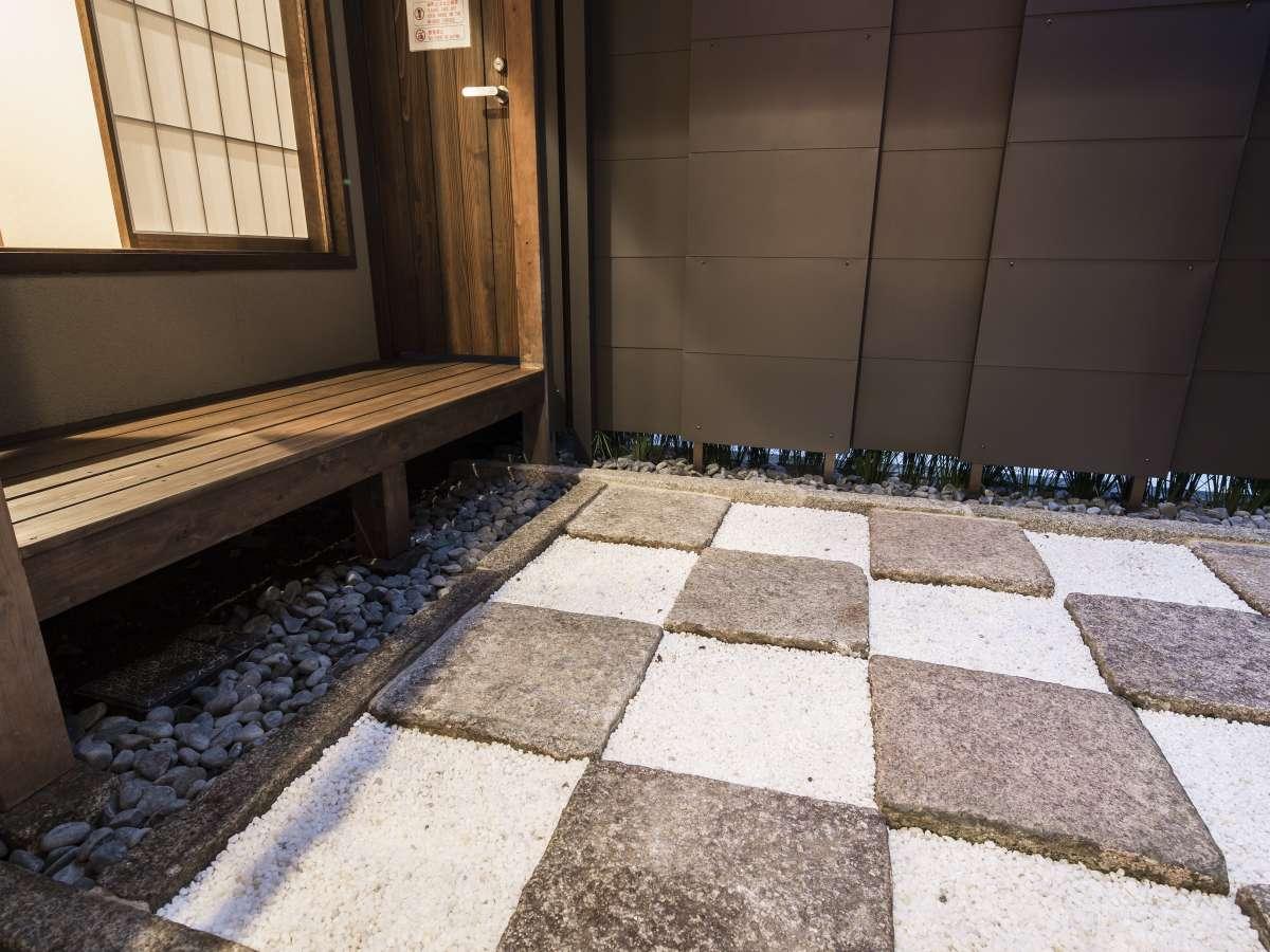 市松模様が美しい坪庭。夜にはライトアップが可能です。