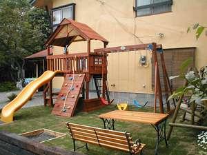 滞在中も、お子さんの遊びも満点。滑り台やブランコの子供広場
