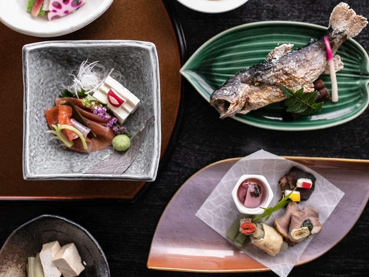 【夕食】白山の食材をふんだんに使ったお料理をお出しします