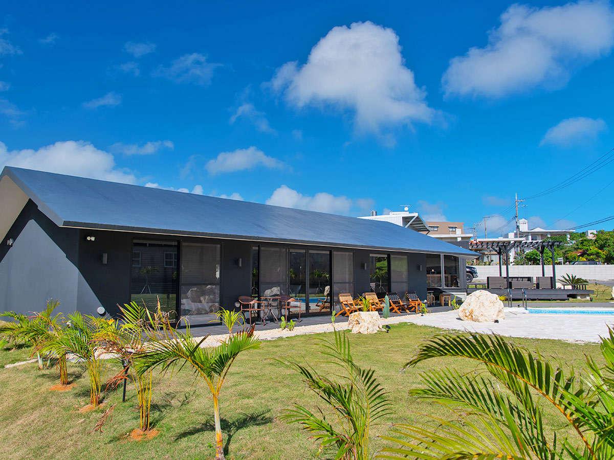 ・昼の外観貸切デザイナーズヴィラと420坪のお庭をお楽しみください