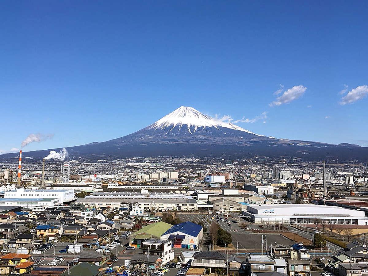 晴れていれば、山側の客室からは富士山も見えます