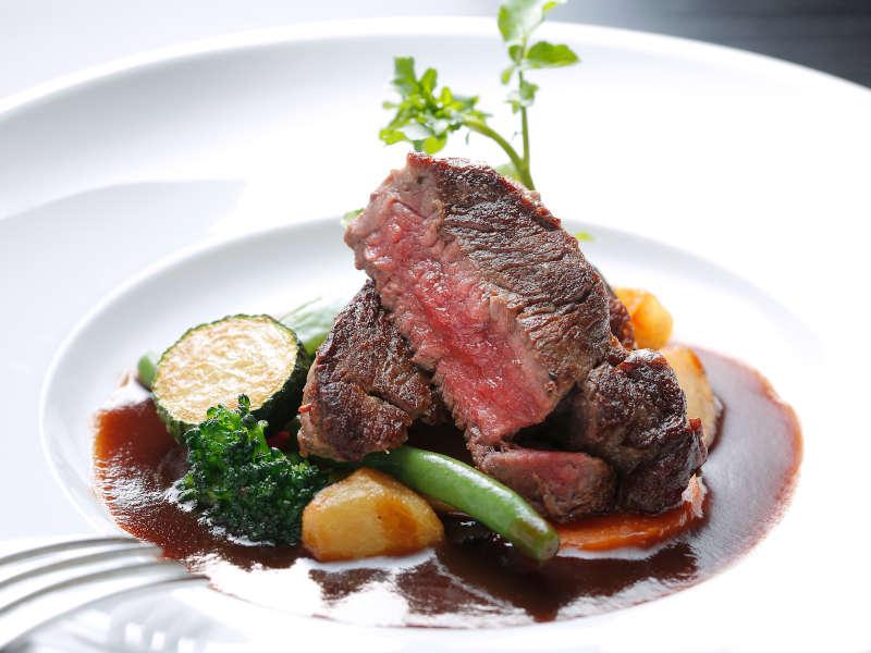 【和牛フィレステーキ】夕食はフレンチコース!お肉料理は素材にも焼き方にもソースにも拘っています!