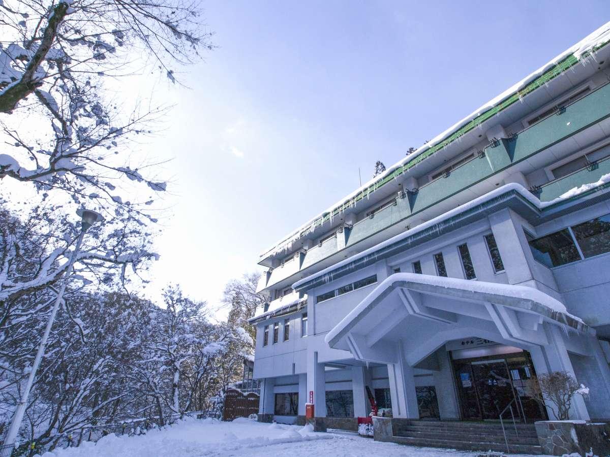 雪景色に包まれた施設外観