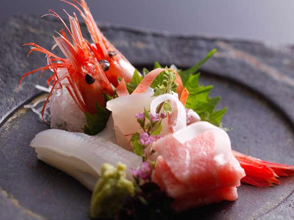 【お造り】お料理は見た目の美しさもとても大事です。厨八十八では盛付の細部までこだわっています。