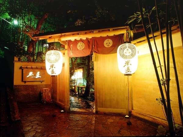 【米屋の正門】昼は精悍に、夜は幻想的に佇む…。そこには日常から離れた別世界が広がる。