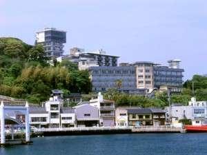 【旗松亭全景】平戸港の見下ろす高台に位置する。交通・観光に便利