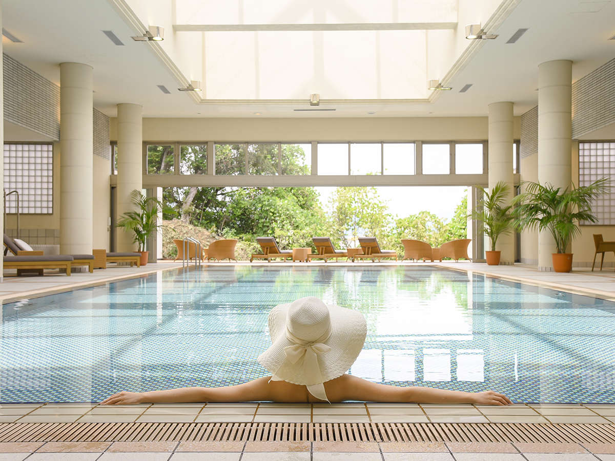一年中楽しめるオープンテラスの室内温水プールでリゾートを感じる