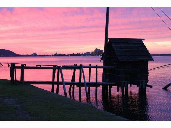 水明荘から見た幻想的な東郷湖の夕日