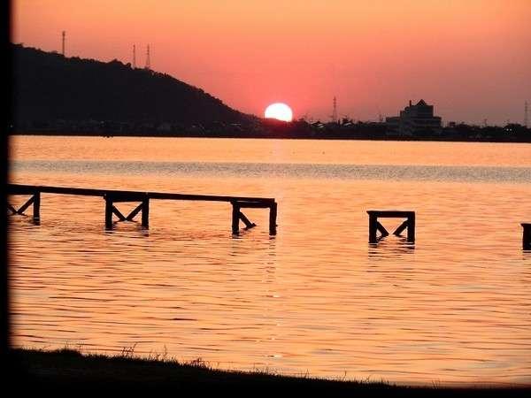 水明荘から見た東郷湖の夕日