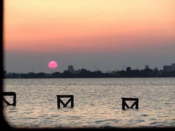 水明荘から見た東郷湖と夕日