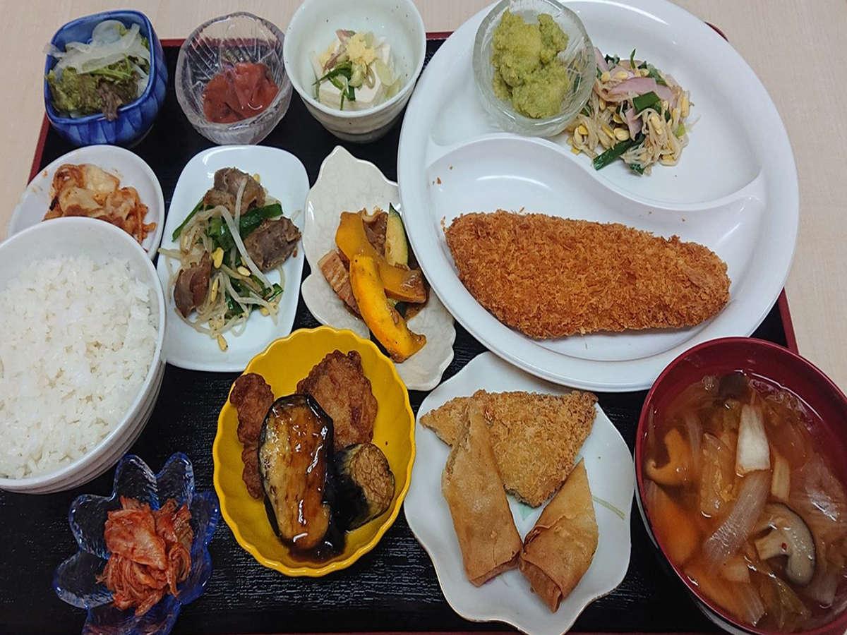 【夕食一例】メイン以外のお料理はビュッフェ形式で食べ放題!