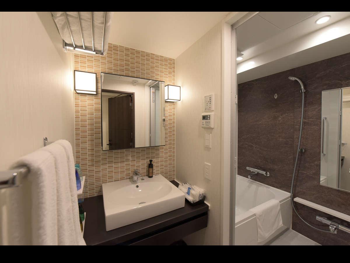 和洋室はバス洗面トイレ別の三点分離、洋室はバストイレ別の二点分離でございます。