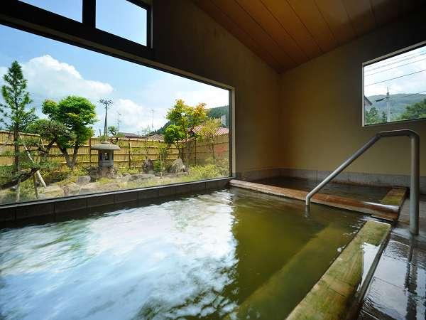 歴史ある温泉を堪能する男女別にある大浴場。お庭を眺めてひとっぷろどうぞ♪