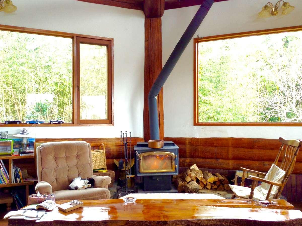 【1階/ラウンジ】薪ストーブの傍は猫スタッフ達もお気に入り(火が灯るのは10月中旬~4月中旬)