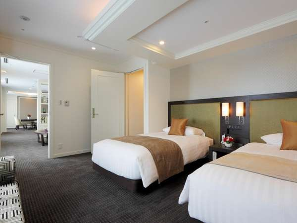 ロイヤルスイートのベッドルーム。左手奥にリビング、右手奥にバスルームがあります。※イメージ