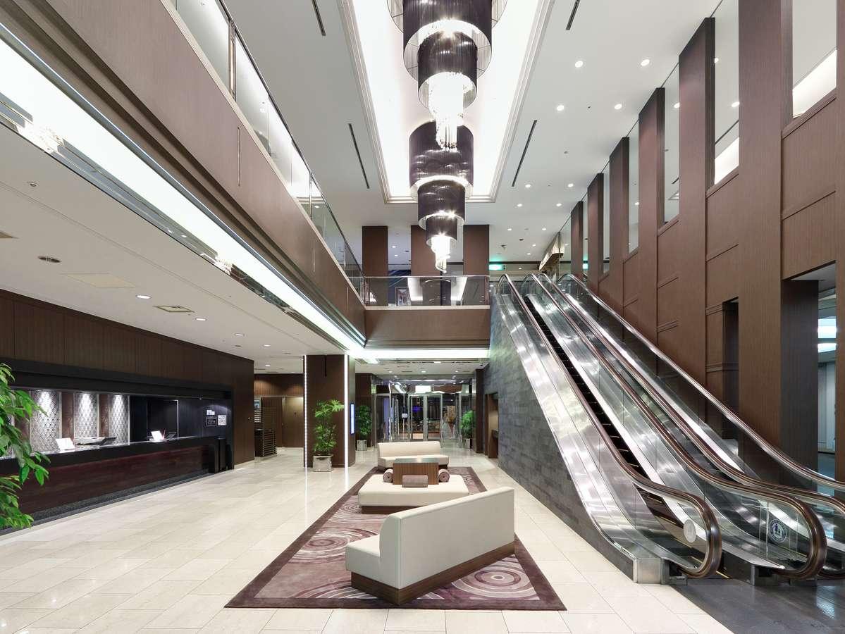 ホテルロビー。ロビーの中心には、盆栽のまち大宮をPRすべく、盆栽が展示されています。