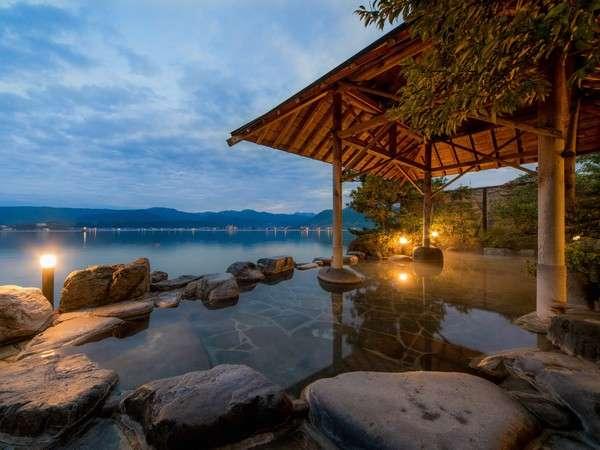 1階露天風呂「幸助湯」湖の中に浸かっているかの様な趣ある湖上露天