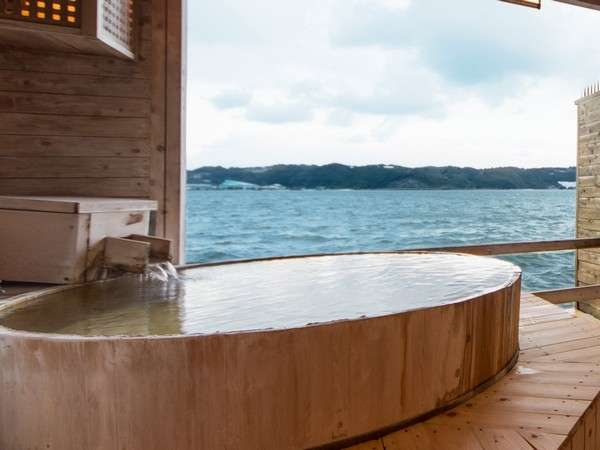 2種の貸切露天風呂。金鱗は檜のぬくもりを感じる浴槽でお寛ぎ頂けます。
