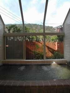 大きな窓から四季折々の景色を眺めながら入れる展望温泉風呂