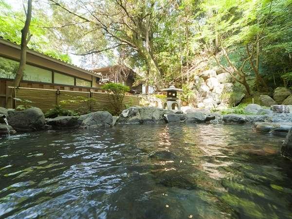 1階の露天風呂。朝湯の時間には清々しい陽光が射しこみ、爽やかな目覚めへと誘います。