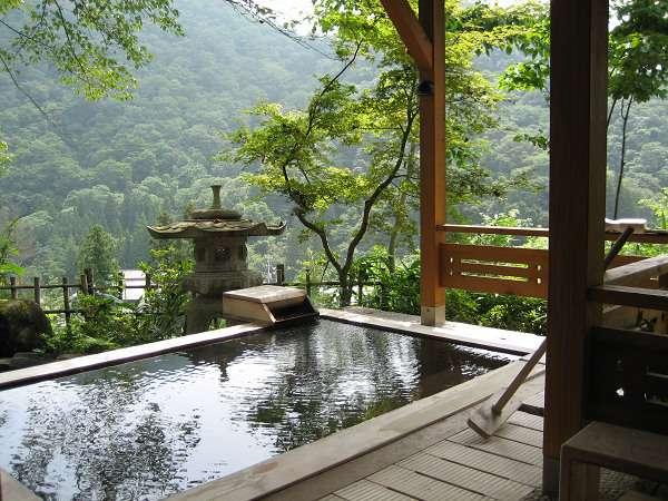 特別室「松島」専用の絶景露天風呂「無心の湯」。もちろん自慢の温泉を掛け流しで