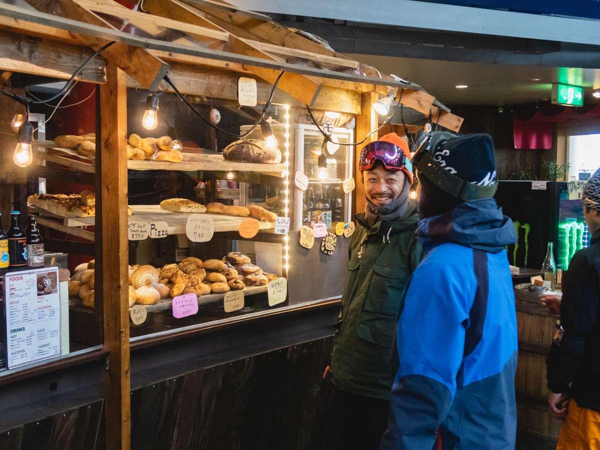 【カフェ&バー】天然酵母を使用したパンが人気の雪カフェや夕食時バーも営業いたします。