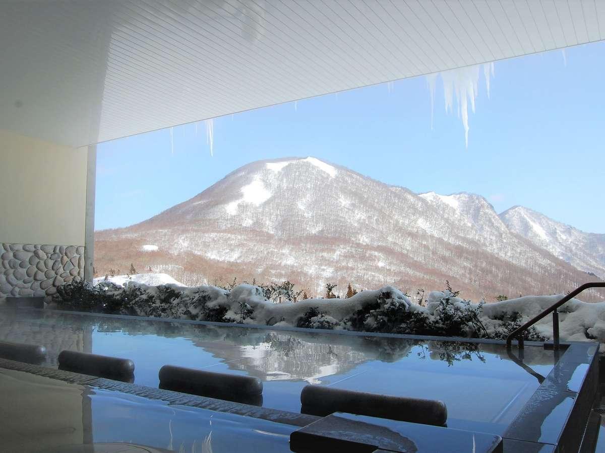 【大露天風呂 ~冬~】大露天風呂からは豊かな自然が広がりパノラマな絶景がお楽しみいただけます。