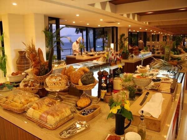 和洋中と沖縄料理をオープンキッチンスタイルで楽しめる、オーシャンビューのレストラン。