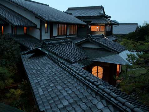 回遊式庭園に大正時代の日本建築