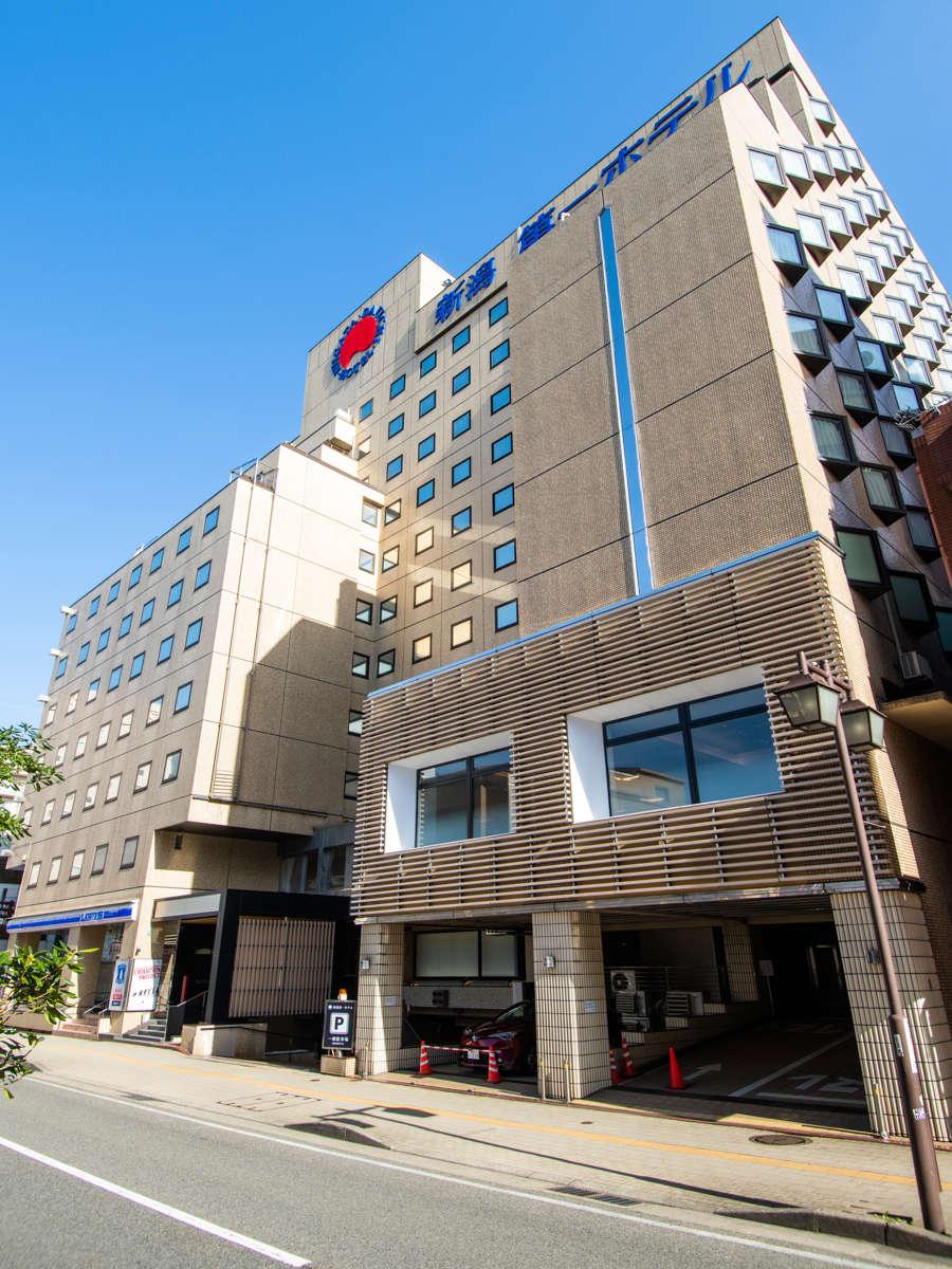 新潟駅から徒歩1分、飲食店も近くに多数あり、出張・観光にも至便です。