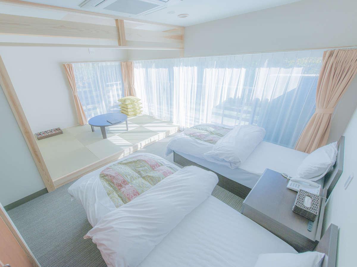 朝日の差し込む和洋室 ベットと畳