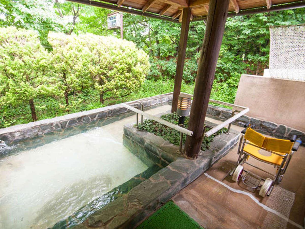 ・車イスで入浴ができる貸し切りの露天風呂 (2)