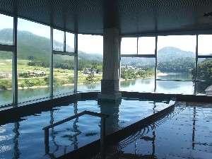 阿賀野川を眼下に四季折々の絶景を楽しめる大浴場