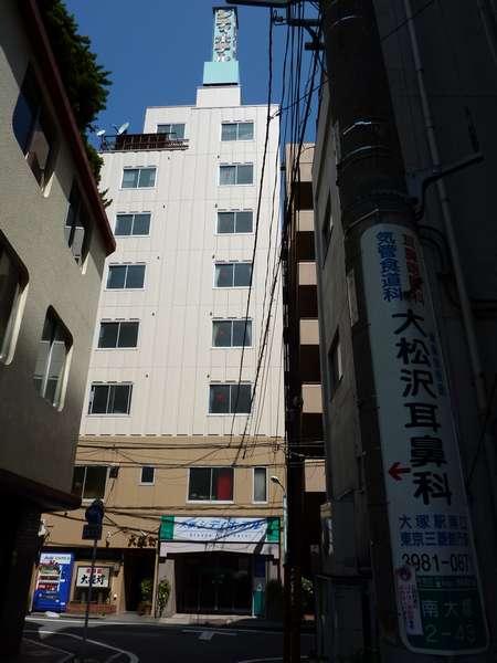 南側からホテルを望む。