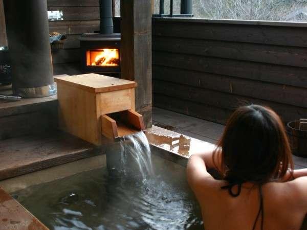 眺めのいいプライベートな露天風呂で暖炉の灯りを楽しむのもウィンケル流