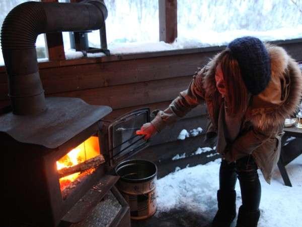 暖炉の火つけに挑戦♪