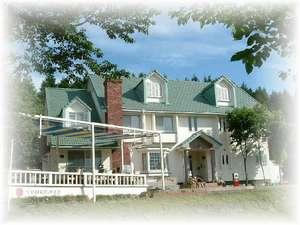 心のこもった料理と名湯温泉の貸切風呂、賑やかに過ごせるログ別荘やコテージも人気の宿