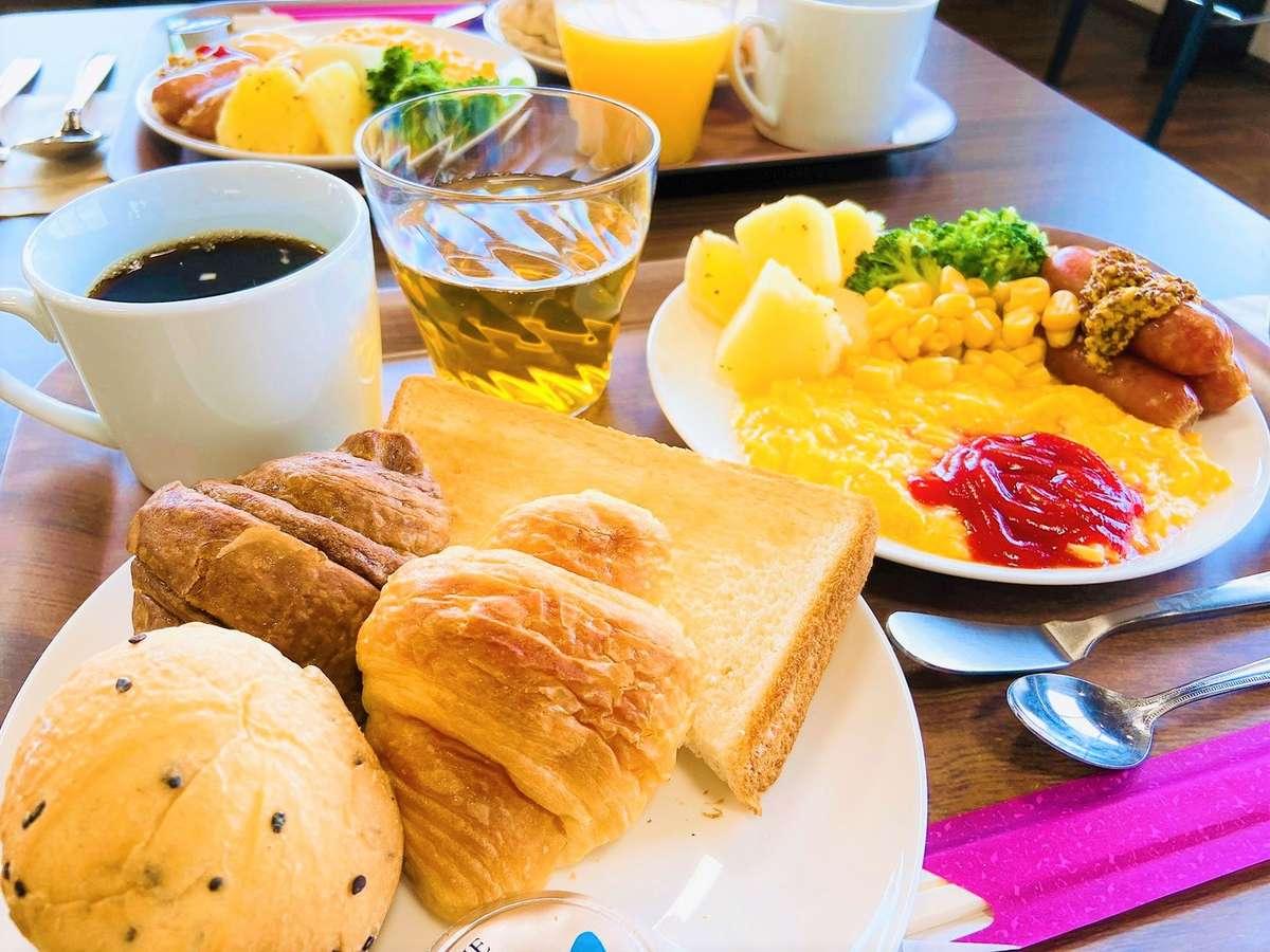 【軽朝食一例】美味しいスクランブルエッグやソーセージ!バイキング形式のおかわり自由です。